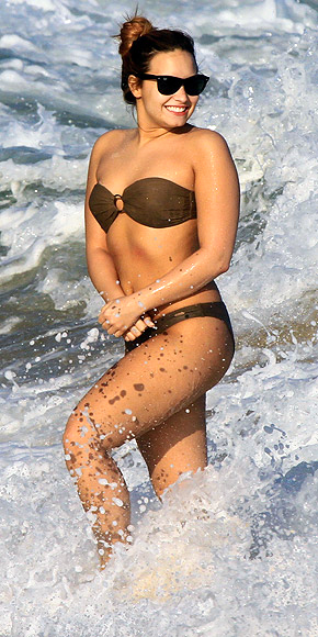 demi lovato summer beach fashion 2012